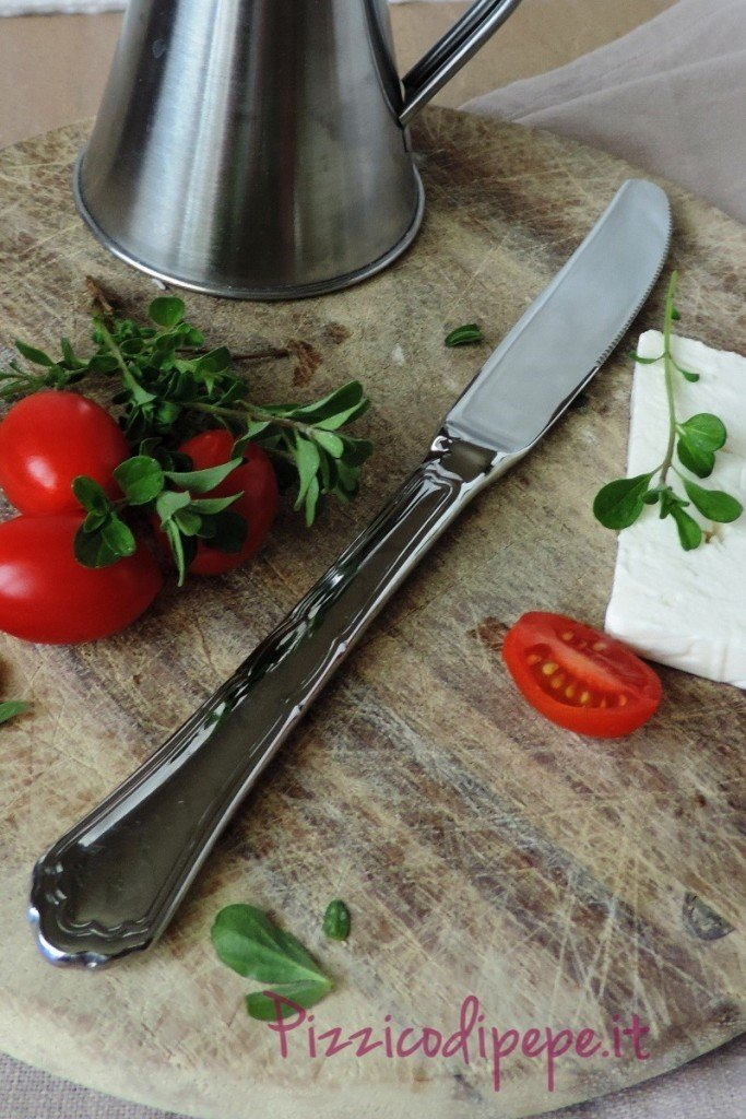 Tagliere-pomodori-feta-oliera-800x1200