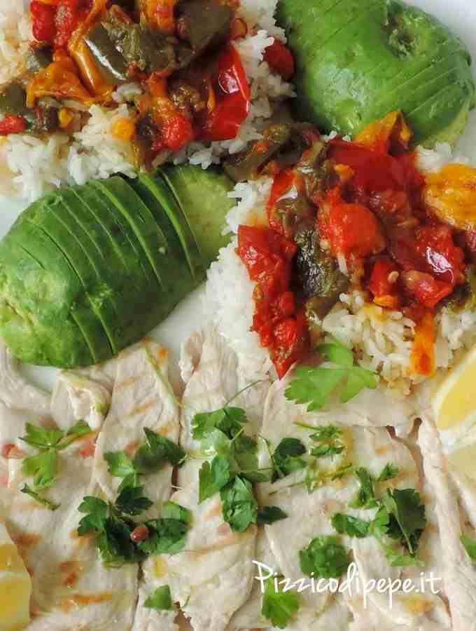 Pranzo-veloce-salutare-pollo-riso-peperoni-avocado