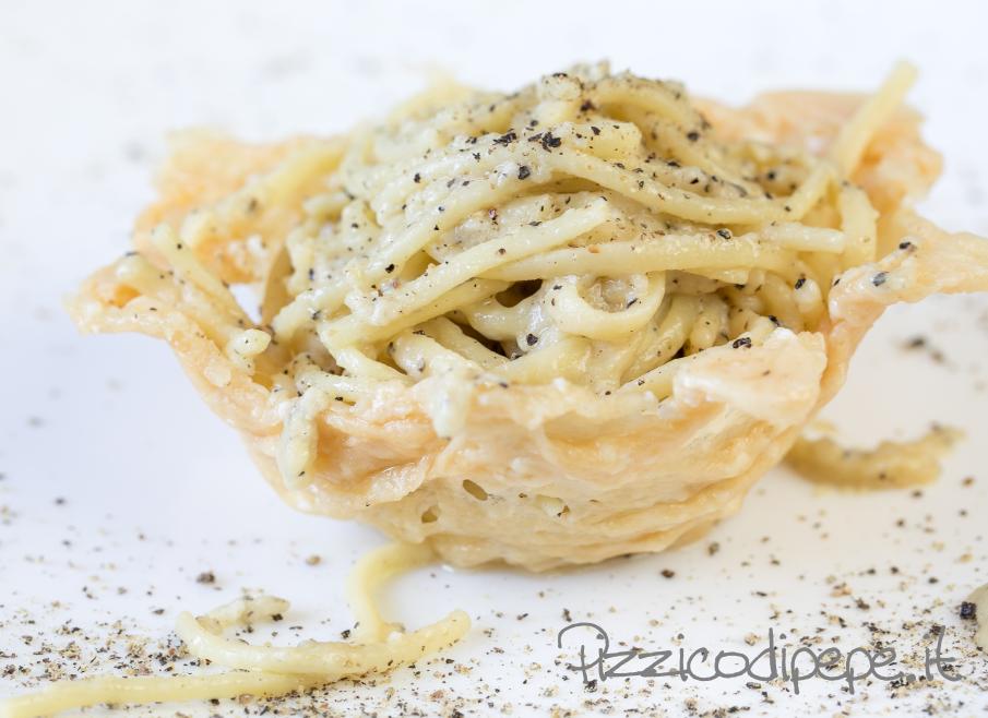 cestino commestibile di parmigiano reggiano con spaghetti cacio e pepe